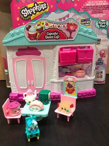 customers-eating-shopkins-toys-playset-cupcake-queen-cafe