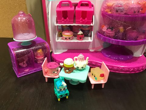 manda-moose-friends-in-shopkins-food-fair-cafe